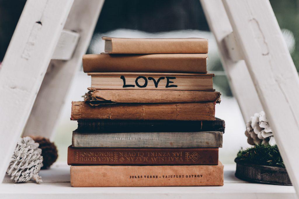 Une jolie décoration faite de vieux livres sous une échelle en bois.