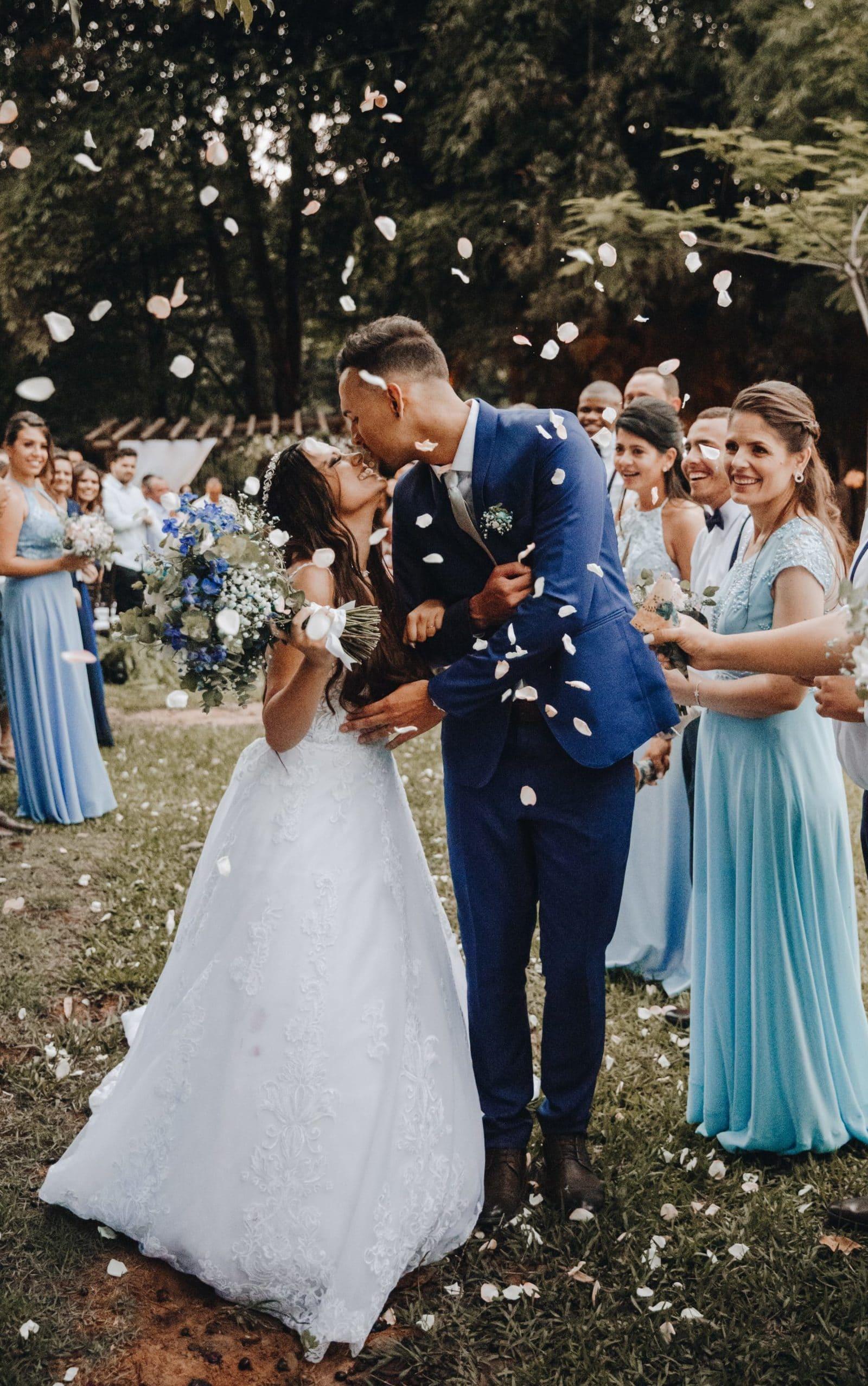 Sortie de cérémonie et lancer de pétales de fleurs sur le couple de mariés.