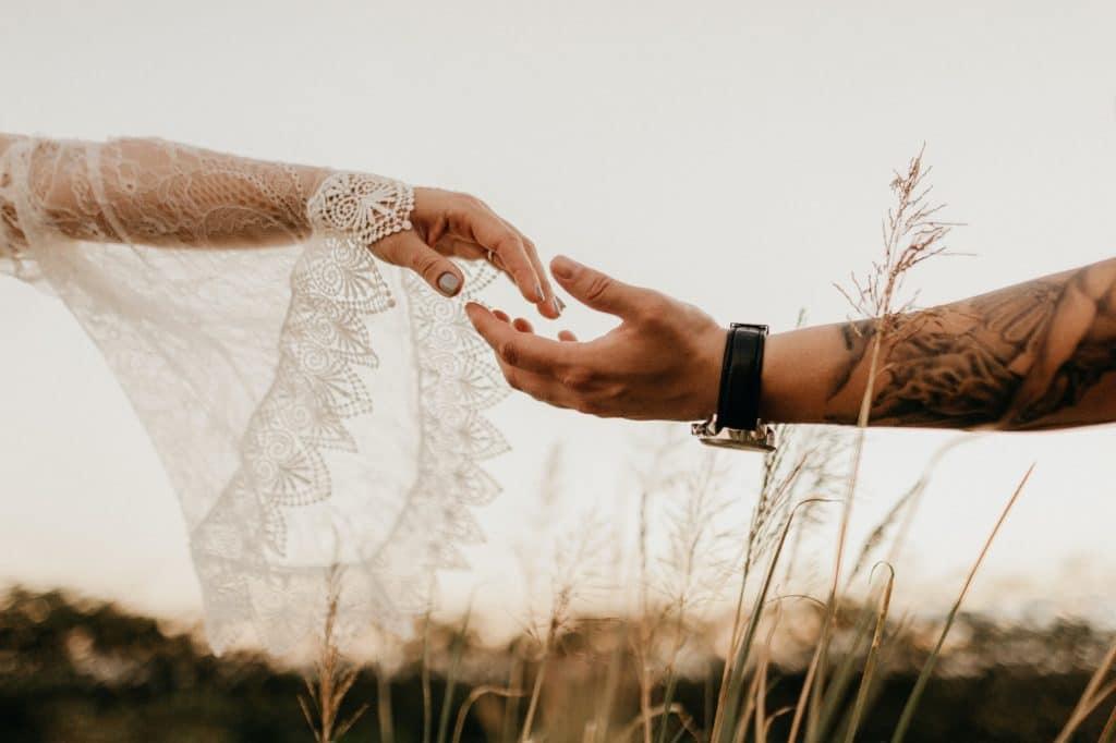 Deux mains tendues l'une vers l'autre.