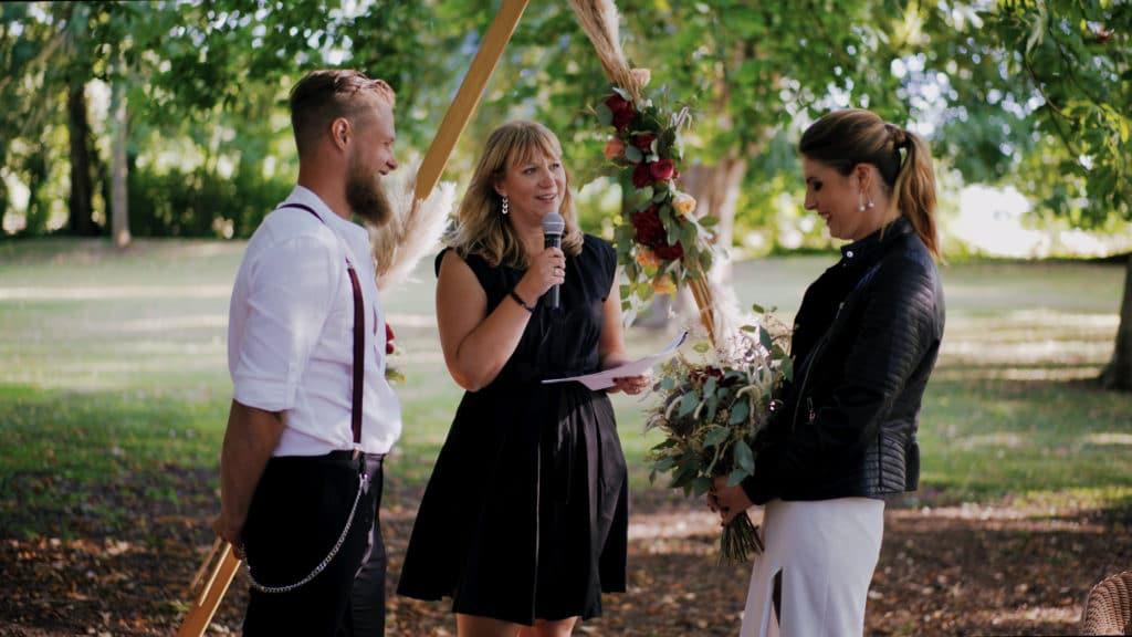 Virginie, Officiante de cérémonie s'adressant aux époux.